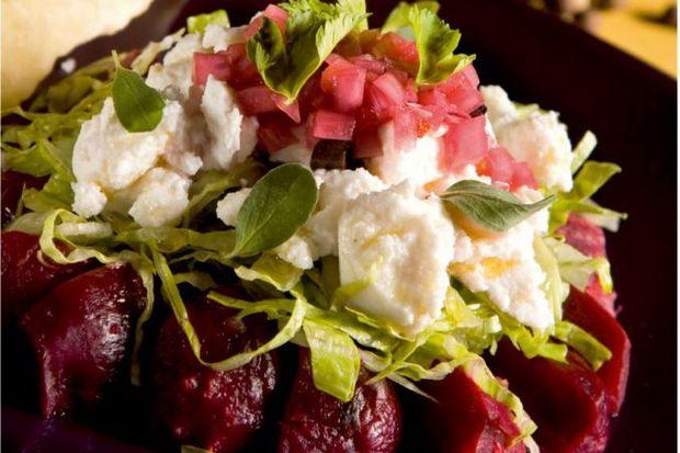 Zeytin ve Beyaz Peynirli Fırında Pancar Salata