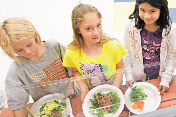 Öğrenciler hamburger yerine tonlu salata yedi!
