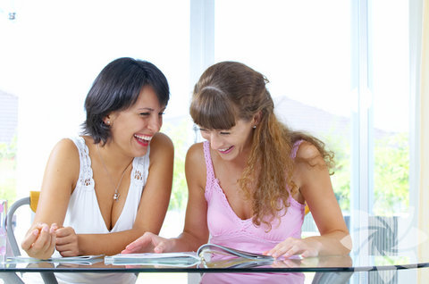 Dışa dönük olmaya çalışın... Dışa dönük olup, yeni insanlarla tanışmaya çalışın. Mesela kimseyi tanımadığınız bir ortamda insanlara yaklaşarak kendinizi tanıtın ve sohbet etmeye başlayın. Bu şekilde davrandığınızda çok daha kolay yeni arkadaşlar bulabilirsiniz. Nereden başlayacağınızı bilmiyorsanız, dışadönük olan arkadaşlarınızı izleyerek, insanlarla nasıl iletişim kurduklarına bakın ve onları kopyalayın.