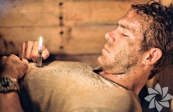 Toprak Altında 2010 (Buried) Yönetmen: Rodrigo Cortes Mekân: Tabut Irak'ta çalışan Amerikalı kamyon şoförü uyandığında kendini bir tabutun içinde bulur. Yanında çakmak ve cep telefonu vardır. O andan itibaren hayatta kalma mücadelesi başlar. Meksikalı yönetmen Cortes, inanılmaz olanı gerçekleştiriyor ve 95 dakikayı nefes nefese seyrettirmeyi başarıyor.