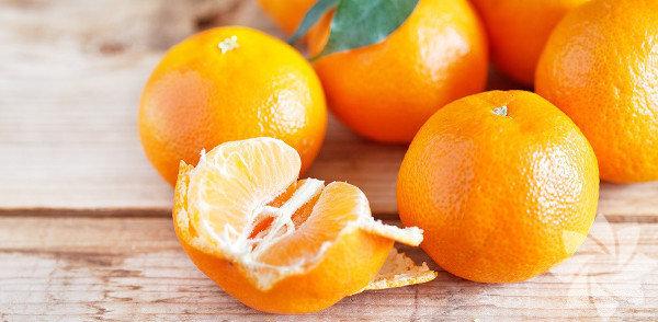 Portakal kabuğu: Kış gelmeden aklınızda bulunsun istedim. C vitamini için severek yediğiniz portakalın kabuğunu çöpe atmanızın, para verip aldığınız elbiseyi atarak astarıyla mutlu olmaktan hiçbir farkı yok aslında. İyice yıkadıktan sonra kabuğuyla dilimleyip yiyemiyorsanız, kabuğunu rendeleyerek keklere, salatalara, pilavlara, çaylara katarak kullanın. Çünkü portakal kabuğu: 1. LDL olarak adlandırdığımız kötü kolesterolü düşürüyor.  2. Kanser hücrelerini öldürüyor.  3. Reflü şikâyetini ve hazımsızlığı azaltıyor.  4. Bağırsakları çalıştırıyor.