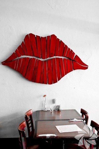 Tahta parçalarını keserek dudak şekline getirip kırmızı renge bayadığınızda, salonda yemek masası arkası için harika bir fon...
