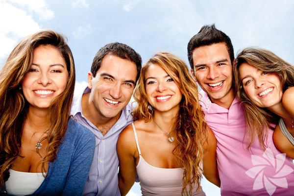 Genellikle istemsiz bir reaksiyon olan gülümseme görünümünüzü sıfırlamaya yardım eder. İnsan her gün keyfini ve huzurunu kaçırabilecek pek çok durum ile karşılaşır. Gülümsemek bu karmaşada alınan derin nefesler gibidir. Gülümsemekle ilgili yaygın olarak bilinen ve oldukça ilginç gerçeklere göz atın, belki gülümsemenize neden olur: