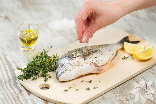 Uzmanlara göre her ay mevsimine uygun balık yemelisiniz. Bunun temel sebebi pek çok deniz canlısının yumurtlama zamanının Nisan ve Ekim ayları arasına denk gelmesi... Yumurtlama dönemindeki balıkları yemeniz deniz ekosisteminin bozulmasına sebep olur. Yavru ve yumurtlamak üzere olan balıkları yemeniz bir sonraki balık sezonlarında, balık stoklarının çok hızlı düşmesine ve türlerin yok olmasına neden oluyor. İşte bunlara sebep olmamak için şubat ayında bu balıkları tüketin…