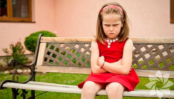 Çocuğunuzdaki sinirin, yersiz öfkenin DEHB, KGB, anksiyete, çeşitli gelişimsel zorluklar gibi farklı sebepleri olabilir. Öfke sadece büyüyen çocuğun tipik duygusal düzenleme gelişiminin bir parçası olarak da ortaya çıkabilir. Kısacası hemen paniğe kapılmanıza gerek yok. Öncelikle sizin de sınırlarınız olduğunu ve bu zor durumlarda ne yapacağınızı bilemediğinizde yalnız olmadığınızı bilin!