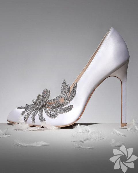 Ayakkabı Tutkunları Ayakkabı sizin için bir aksesuardan çok daha fazlası demekse sizin ayakkabınız kesinlikle taşlı modeller. Bolca gümüş renkli taşlardan tasarlanmış bir model hayalinizdeki ayakkabıya ulaşmanızda size yardımcı olacaktır.