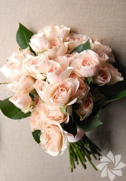 Yaz gelinlerine yaz çiçeği olan güllerden renk renk mis kokulu gelin buketleri. Gelin çiçeği