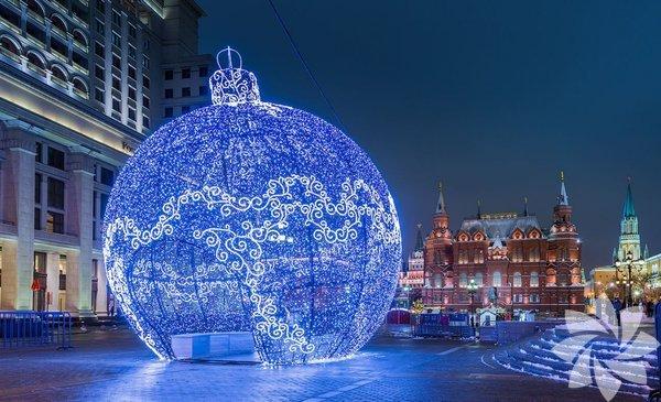 Yılbaşı için özel olarak hazırlanan ve adeta bir masal şehri gibi görünen bu yerleri çok beğeneceğinize eminiz. İşte ışıklar ve yeni yıl süslemeleriyle bambaşka bir atmosfere bürünen büyüleyici şehirler...  Fotoğraftaki şehir: Manezhnaya Meydanı Moskova, Rusya.