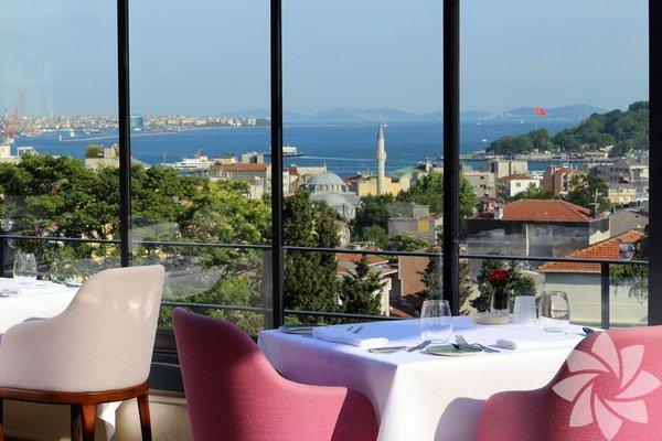 NicoleBeyoğlu Tomtom Kaptan Sokak'ta bulunan İtalyan Konsolosluğu bahçesi ve ardında Adalar'a kadar uzanan eski İstanbul manzarasına sahip terasında yer alan restoran Nicole, tarih ve aşk kokan bir sevgililer günü geçirmek isteyenler için en ideal adreslerden. Vedat Milör'ün 'En sevdiğim gastronomik restoran' dediği Nicole, zarif ve sofistike yemek anlayışıyla Fransız mutfağını lezzet şölenine dönüştürüyor. Sevgililer gününe özel menüsünde de çimçim karides, isli yılan balığı, barbun, kuş böreği, bonfile lezzetleri bulunuyor. Gecenize tat katacak lezzetler arasında ise zencefil ve mereng eşliğinde narenciye, konyaklı çikolata sunuluyor. Nicole ayrıca Sevgililer Günü'ne özel şarap eşleşmesi ve full içecek menüsü seçeneklerini misafirlerine sunuyor.Rezervasyon için 0 212 292 44 67