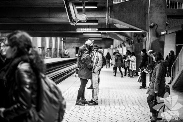 Mikael Theimerisimli profesyonel fotoğrafçı; sokakta, metroda, kafede sevgilerini gösteren çiftleri fotoğraflıyor.