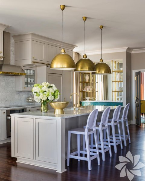 Altına hücum! Parlayan aksesuarlardan tutun da ihtişamlı mobilyalara kadar her şey dizayn dünyasında bu aralar fırtına estiriyor. Siz de bu akıma ayak uydurmak istiyorsanız parlak altın ve bronz renkteki eşyaları mutfağınızın merkezine koyabilirsiniz. Eğer bu kadar gösterişten hoşlanmıyorsanız birkaç tane parıltılı aksesuarla mutfağınıza renk verebilirsiniz.